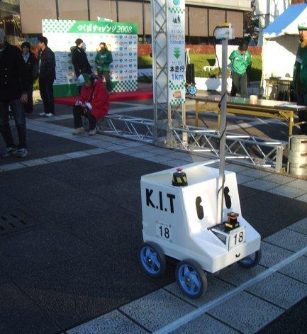 つくばチャレンジ2008のスタートラインに立つ「車輪型けんせいちゃん」