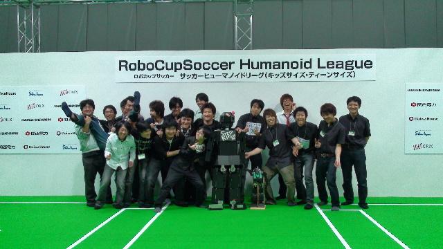 ヒューマノイドリーグに参加したKITのロボットと学生