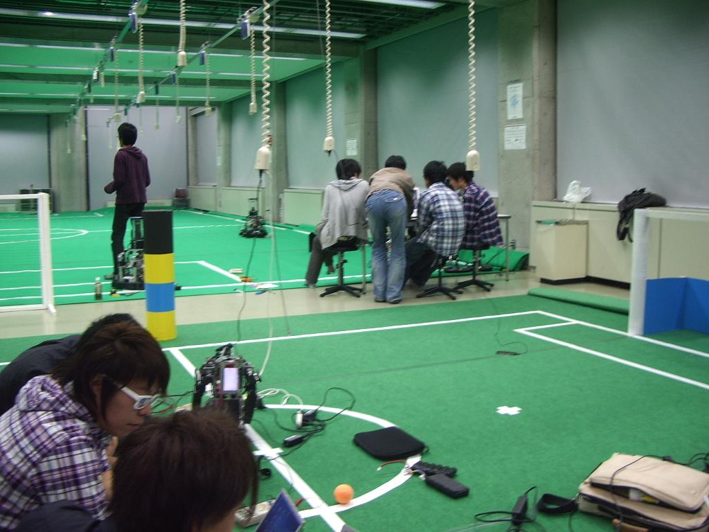 ジャパンオープンへ向け準備をするKITのWinKIT(中型ロボットリーグ)とSiTIK(ヒューマノイドチーム