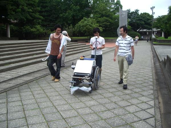 けんせいちゃん2号機プロトタイプをPS3コントローラでリモコンした楽しむ学生メンバー(左から,山内,島野,山澤君)
