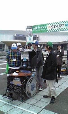 demura.netチームのメンバーと車椅子型ロボット