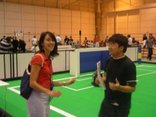 海外のメディアから笑顔でインタビューを受ける小沢君(もちろん英語です)
