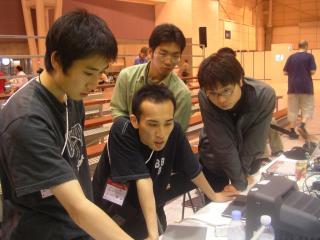 試合直前に調整を行うメンバー達 (左から学部3年次生竹花君、4年次生松村君、2年次生楠本君、3年次生中川君)
