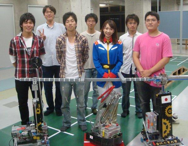 ロボットプロジェクトのメンバーと美人捜査官