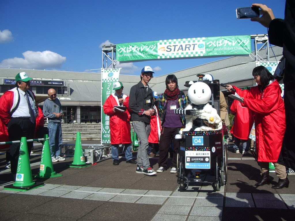 つくばチャレンジ2010:けんせいちゃん3号機 ファイナル走行の前のパフォーマンス